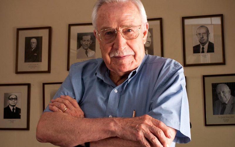 """Dr. Humberto Reyes, escritor: """"Escribir me produce una enorme e intensa emoción"""""""