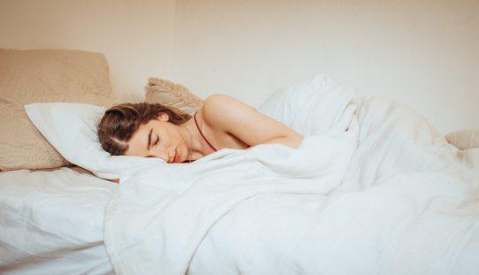 Especialista de la psiquiatría recomienda adoptar hábitos de sueño saludables